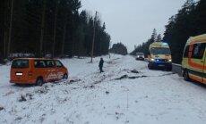 Plocē mikroautobuss nobrauc no ceļa; pieci cietušie