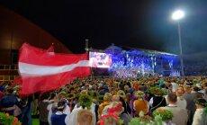 Foto: Kā bišu spiets – Dziesmu svētku atklāšanas koncerts 'Skonto' stadionā