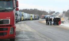 Krievija pēkšņi pastiprina kontroli; uz Latvijas robežas veidojas auto rindas