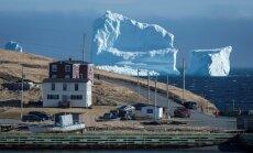 Milzu aisbergs Kanādas mazpilsētai piesaista simtiem tūristu