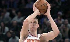 Tiesneši nefiksēja pārkāpumu pret Porziņģi 'Knicks' un 'Bulls' mača otrajā pagarinājumā, liecina NBA ziņojums