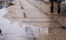 Cīņai ar applūdušajām ielām Rīgā mobilizē ūdens atsūknēšanas mašīnas