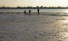 Запрещено находиться на льду рижских водоемов: штраф до 100 евро