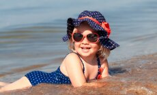 Jautājums ekspertam: no kāda vecuma meitenēm pludmalē būtu jāvelk peldkostīms