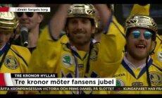 Video: Stokholmā tūkstošiem fanu sveic pasaules čempioni hokejā Zviedriju
