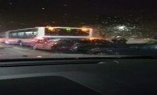 Video: Pie Dreiliņu apļa avarējis RS autobuss un vēl divas automašīnas