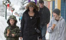 Paparaci foto: Džolija ar bērniem dodas brīvdienās