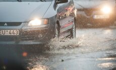 Foto: Viļņas centrā plūdu dēļ slēgta centrālā iela