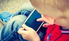 Vecāku pieļautās kļūdas cīņā ar bērniem par 'sēdēšanu' viedtālrunī