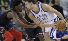 'Warriors' bez Duranta un Grīna NBA mačā grauj 'Bulls'