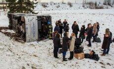 Foto: Igaunijā atkal avarē pasažieru autobuss