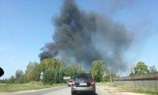 Video: Lokalizēts paaugstinātas bīstamības ugunsgrēks angārā Ķengaragā; satiksme atjaunota