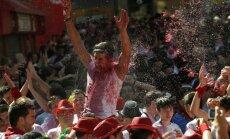 Foto: Pamplonas vēršu skriešanas festivāls aizsākas ar vīna kaujām