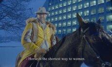 Lieliska kampaņa vai plaģiāts: Rīgu reklamē seniors, mācītājs un sieviešu blogeris zirgā