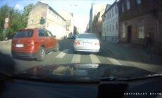 Video: Stūrgalvīgi autovadītāji izraisa sadursmi Bruņinieku ielā