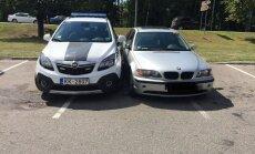 Aculiecinieka foto: BMW vadītājs Jūrmalā māca policiju parkoties