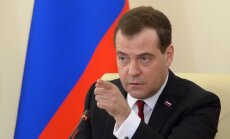Medvedevs draud ar 'neierobežotu' reakciju, ja Krieviju atslēgs no SWIFT