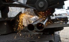 Kā Kosovā griež un kausē konfiscētos ieročus