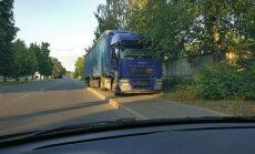 """ФОТО: """"Парковка по-македонски"""". В Риге фура припарковалась на тротуаре"""