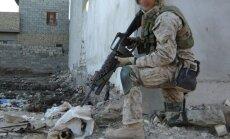 Šokējoši kadri: ASV karavīrs dedzina irākiešu līķus