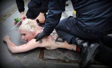 Pie Kremļa aizturētas protestējošas feministes