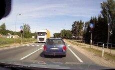 Video: Nekaunīgs BMW vadītājs šķērso gājēju pāreju pie sarkanā luksofora signāla