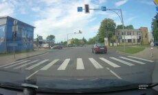 Video: Jelgavā nekaunīgs 'Audi' vadītājs izceļas ar noteikumu neievērošanu