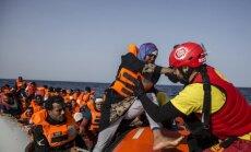 Foto: Spānijas nevalstiskās organizācijas kuģis izglābis 59 migrantus; Itālija atsakās uzņemt