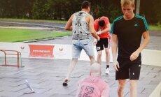 Carnikavas novada deputāts aizstāv bērnus un iekausta florbola spēlētāju