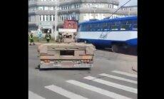 Video: Ganību dambī tramvajs ietriecas kravas auto piekabē