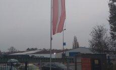 Foto: Brēmenē pie goda konsulāta Latvijas karogs pārvērties skrandās