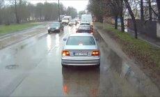 ВИДЕО: Грузовик решил объехать пробку по тротуару