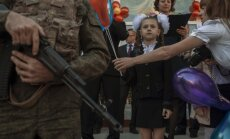 Vēstules no Doņeckas: Tonnām mācību grāmatu no Krievijas un priekšnesums 'ukraiņu nogalināšanā'
