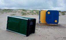 ФОТО: В Вентспилсе затопило пляж, кругом валяются мусорные контейнеры и биотуалеты