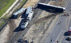 Foto: ASV pēc sadursmes no sliedēm noskrien vairāki divstāvu pasažieru vagoni