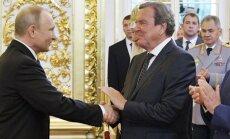 Šrēderu kritizē par piedalīšanos Putina inaugurācijas ceremonijā