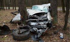 Foto: Viļņas nomalē 'Jaguar' iznīcināts sadursmē ar koku