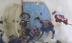 Video: NHL tiesnesis nonāk vārtu priekšā un traucē gūt 'golu'