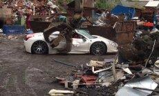 Video: Lielbritānijā iznīcina konfiscētu 'Ferrari' superauto