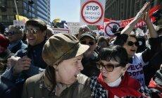 Maskavā protestē pret 'hruščovku' nojaukšanas plānu; Navaļniju piespiež pamest mītiņu