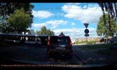 Video: Torņkalnā sabiedriskais autobuss saduras ar auto