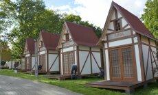 Valmierā pie muzeja uzstādīti Hanzas laika namiņu modeļi