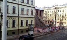 Video: Nelāgi rībot un dārdot, jauc nost slavenāko Rīgas graustu