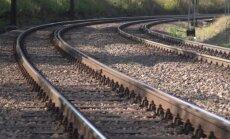 Zem kravas vilciena riteņiem iet bojā sievete; auto notriec velosipēdistu un aizmūk