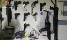 Mafijas bosi gadiem slēpjas pazemes bunkurā; policija viņus arestē