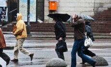 Brīdina par stipru vēju Latvijā arī šonakt
