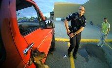 Policisti ASV atdzīvina suņuku, kas gandrīz pakāries savā pavadā