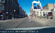Video: Velosipēdiste Barona ielā traucas pie sarkanās gaismas
