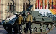 Foto: Kā Maskavā maršē komunisti un ļaudis vecos formastērpos
