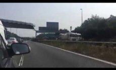 Lielbritānijā sabrūk gājēju tilts; viens ievainotais